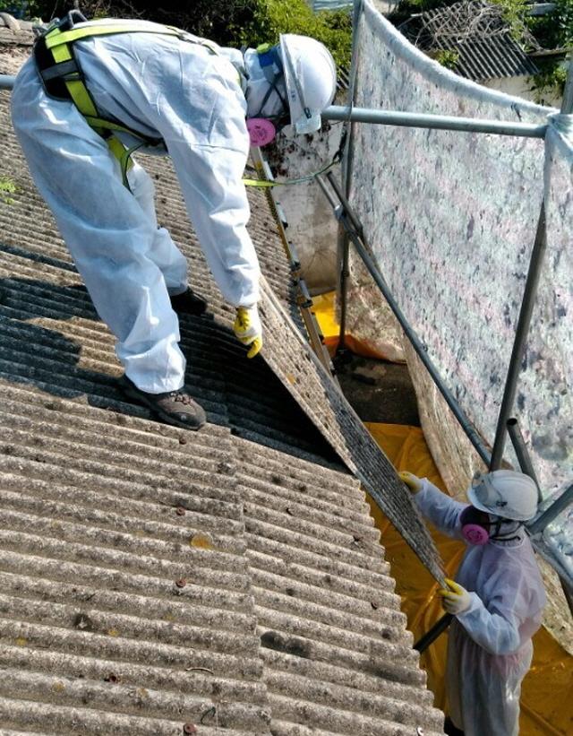 [크기변환]통영시, 석면함유 슬레이트 철거 지원-석면함유 슬레이트지붕 철거.jpg