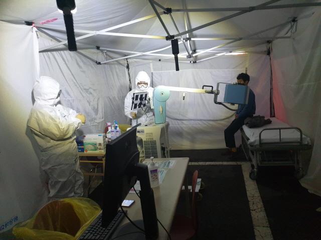 [크기변환]통영시, 신종 코로나바이러스 검사 확대로 조기선별 강화한다-선별진료소 검사.jpg