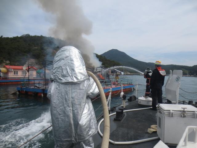 111(200527)통영해경, 고성 동화마을 해상팬션 화재 소방과 합동 진화(사진1).JPG